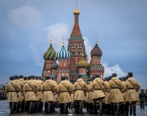 ทหารรัสเซียซักซ้อมก่อนการเดินสวนสนามบริเวณจัตุรัสแดงในมอสโคเมื่อวันที่ 5 พฤศจิกายน ปี 2017