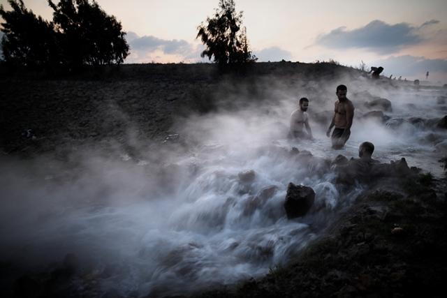 ชาวอิสราเอลลงแช่บ่อน้ำพุร้อนในตอนเหนือของที่ราบสูงโกลานฝั่งของอิสราเอลใกล้นิคมชาอัล เมื่อวันที่ 4 พฤศจิกายนปี  2017