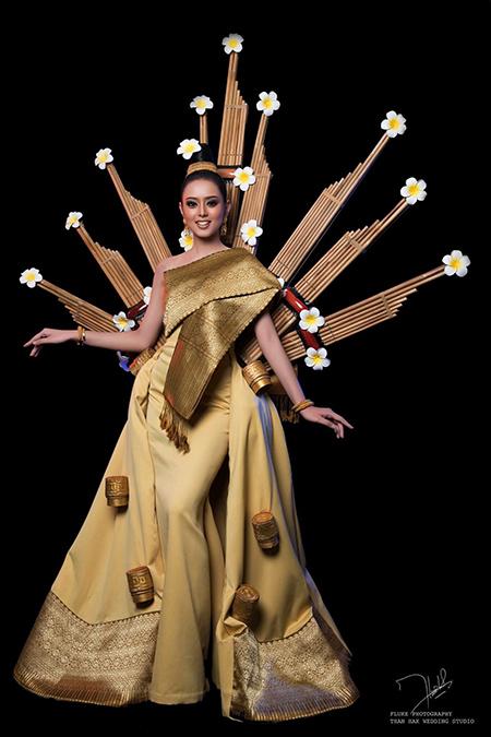 <br><FONT color=#00003>พูนซับ พนโยธา นางแบบสาวสวยจากเวียงจันทน์ กำลังจะสวมชุดประจำชาตินี้ขึ้นเวที อีกไม่กี่วันข้างหน้า ท่ามกลางเสียงวิพากษ์วิจารณ์ของแฟนๆ ทางบ้าน ที่เกรงว่า มันจะเป็นชุดฆ่านางงามอีกชุด. </b>