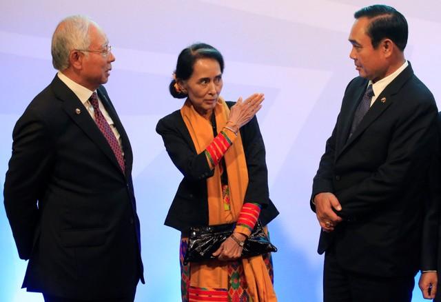 พลเอกประยุทธ์ จันทร์โอชา นายกรัฐมนตรีของไทย(ขวาสุด) กำลังพูดคุยกับนางอองซาน ซูจี (คนกลาง)ผู้นำพม่า และนายนาจิบ ราซัค นายกรัฐมนตรีมาเลเซีย(ขวาสุด) ระหว่างการประชุมซัมมิตอาเซียนในวันจันทร์(13พ.ย.)
