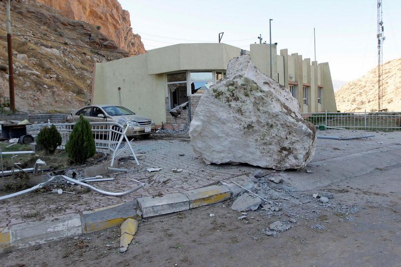ก้อนใหญ่ขนาดใหญ่ที่ร่วงจากภูเขาลงมาปิดกั้นถนน ใกล้ๆ เขื่อนดาร์บันดิข่านในเขตปกครองตนเองเคอร์ดิสถานแห่งอิรัก หลังจากเกิดแผ่นดินไหวขนาด 7.3 เมื่อคืนวันอาทิตย์ (12 พ.ย.)