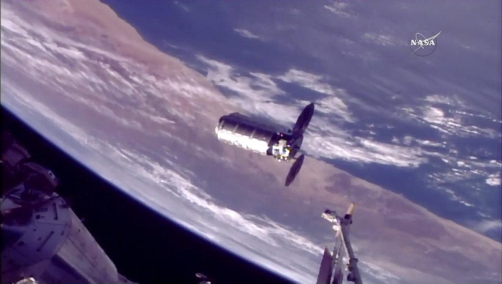 ภาพแคปซูลซิกนัสขณะมุ่งหน้าไปยังสถานีอวกาศนานาชาติเมื่อ 14 พ.ย.2017 ที่ความสูงจากโลก 418 กิโลเมตร (NASA TV via AP)