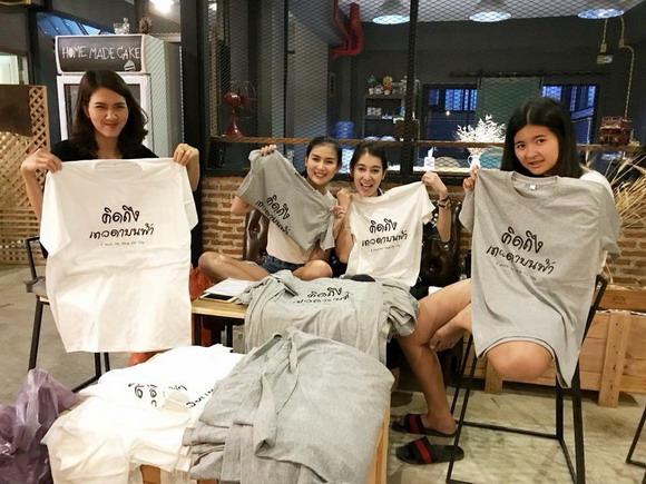 ทีมเพื่อนร่วมทำเสื้อจำหน่ายเพื่อไถ่ชีวิตโค-กระบือ