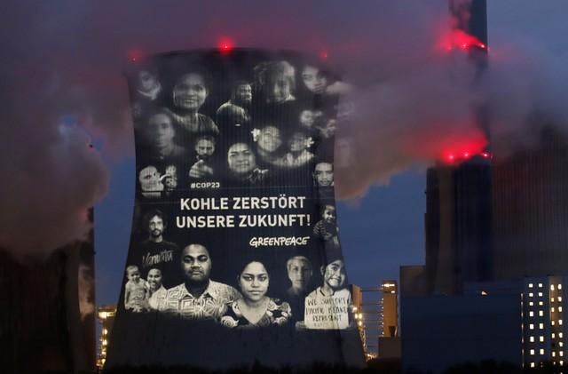 ข้อความรณรงค์เป็นภาษาเยอรมนี อ่านว่า ในอนาคตต้องไม่มีเชื้อเพลิงฟอสซิล ของกลุ่มอนุรักษ์สิ่งแวดล้อมกรีนพีซ ถูกฉายขึ้นบนหอหล่อเย็นของโรงไฟฟ้าพลังงานถ่านหินแห่งหนึ่งในเมืองโคโลญจน์ ของเยอรมนี เมื่อวันที่ 10 พ.ย. ที่ผ่านมา