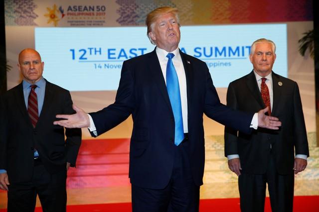 """ประธานาธิบดีโดนัลด์ ทรัมป์ แห่งสหรัฐฯ เข้าร่วมรับประทานอาหารกลางวันกับพวกผู้นำโลกอื่นๆ อีก 18 ชาติ ก่อนหน้าการเริ่มต้นอย่างเป็นทางการของ """"การประชุมสุดยอดเอเชียตะวันออก"""" (อีสต์ เอเชีย ซัมมิต หรือ อีเอเอส) ซึ่งเป็นภารกิจสุดท้ายในกำหนดการเยือนเอเชียเที่ยวนี้ของประมุขทำเนียบขาว"""