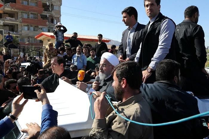 <i>ประธานาธิบดีฮัสซัน รูฮานี ของอิหร่าน พูดกับผู้ประสบภัยผ่านเครื่องขยายเสียงเมื่อวันอังคาร (14 พ.ย.)  ขณะเขาเดินทางมาตรวจเยี่ยมเมืองซาร์โปล-อี ซาฮับ ในจังหวัดเคอร์มานชาห์ ซึ่งอยู่ในบริเวณที่ได้รับความเสียหายหนักที่สุดจากแผ่นดินไหวคราวนี้ </i>