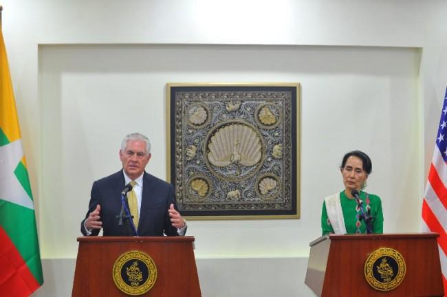 เร็กซ์ ทิลเลอร์สัน รัฐมนตรีกระทรวงการต่างประเทศสหรัฐฯ แถลงข่าวร่วมกับนางอองซานซูจี (ขวา) ที่ปรึกษาแห่งรัฐของพม่า ในกรุงเนปีดอ วันที่ 15 พ.ย. -- Agence France-Presse/Aung Htet.