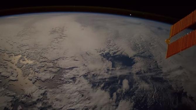 หาดูยาก! วิดีโอถ่ายจากอวกาศ วินาทีสะเก็ดดาวพุ่งผ่านโลก (ชมคลิป)