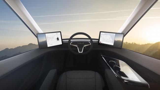 ภายในมีหน้าจอทัสกรีน 2 หน้าจอ วางประกบด้านซ้านและขวาของผู้ขับ เพื่อให้ผู้ขับสามารถรับทั้งข้อมูลนำทาง และภาพจากจุดอับสายตา