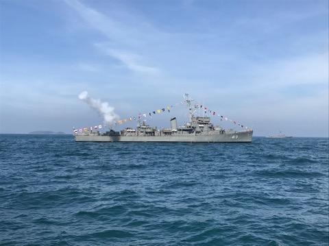 เรือหลวงถลางนำซ้อมใหญ่สวนสนามทางเรือในมหกรรมทางเรือนานาชาติ