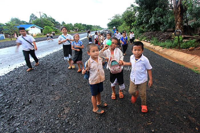 เจ้าถิ่นตัวน้อย พร้อมใจกันมากล่าวคำทักทาย สะบายดี แก่คณะนักปั่น Octo Cycling Trip จากเมืองไทย