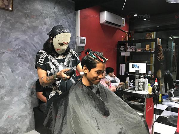 แปลกตา! ช่างตัดผมสวมหน้ากากปิดหน้าขณะทำงาน สร้างเอกลักษณ์ไม่เหมือนใคร