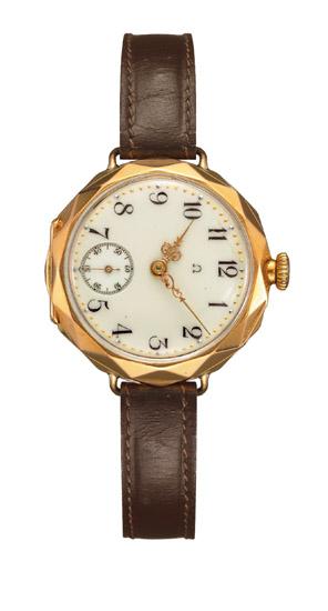 Ladies Wristwatch (1906) ดัดแปลงมาจากนาฬิกาจี้ห้อยคอ Lépine ที่ผลิตจากทองคำสีแดง 18 กะรัต โดดเด่นด้วยหน้าปัดหินฟลักซ์สีไอเวอรี่ รางนาทีที่เปล่งประกายจากทอง และเข็มที่มีรายละเอียดของยุคพระเจ้าหลุยส์ที่ 15