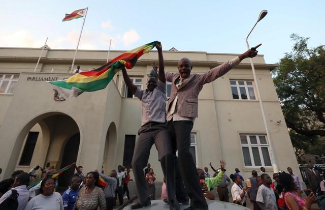 มูกาเบยอมลาออกสละเก้าอี้ปธน.!วิกฤตการเมืองซิมบับเวหลังทหารยึดอำนาจส่อ'คลี่คลาย'