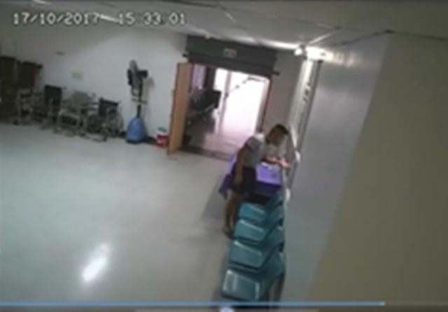 เวลา 15.32 น. น้องเมยได้เดินออกมาเพื่อพูดคุยกับเจ้าหน้าที่ แล้วกลับเข้าไปในห้องพักฟื้น