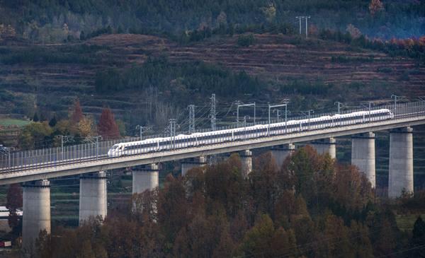 จ้าวความเร็วรถไฟหัวกระสุนวิ่งข้ามสะพานในเมืองหลงถิง ระหว่างการทดลองเดินรถบนเส้นทางรถไฟความเร็วสูงเชื่อมซีอัน มณฑลส่านซี และเฉิงตู มณฑลเสฉวน เมื่อวันที่ 22 พ.ย. (ภาพ ซินหวา)
