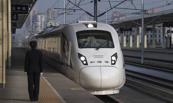รถไฟหัวกระสุน 55861มาถึงสถานีรถไฟฮั่นจง ระหว่างทำการทดลองเดินรถเมื่อวันที่ 22 พ.ย. (ภาพ ซินหวา)