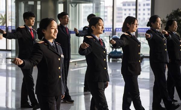 สต๊าฟประจำขบวนรถไฟกำลังฝึกการต้อนรับ ที่สถานีรถไฟฮั่นจงในวันที่ 22 พ.ย. (ภาพ ซินหวา)
