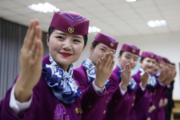 พนักงานต้อนรับประจำขบวนรถไฟความเร็วสูงกำลังฝึกซ้อมการต้อนรับผู้โดยสารในเฉิงตู ภาพวันที่ 21 พ.ย. (ภาพ ซินหวา)