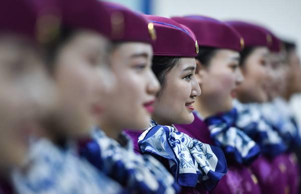 พนักงานต้อนรับประจำขบวนรถไฟความเร็วสูงกำลังฝึกซ้อมในเฉิงตู ภาพวันที่ 21 พ.ย. (ภาพ ซินหวา)