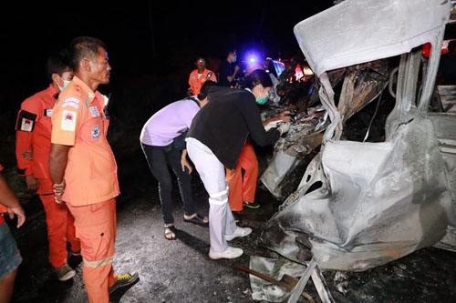 ไฟคลอก14 ศพ รถตู้ติดแก๊สขนแรงงานต่างด้าวชนท้ายสิบล้อพลิกคว่ำ บนถนนสายเอเชีย