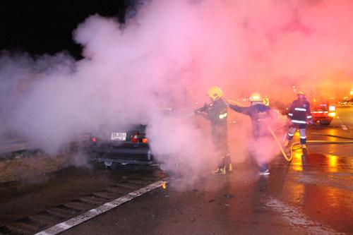 รถยนต์เก๋ง วอลโว่ เกิดเพลิงไหม้วอดทั้งคัน ยังไม่ทราบสาเหตุ
