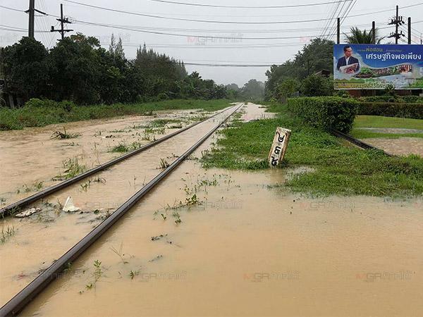 น้ำท่วมรางรถไฟปิดเส้นทางระหว่างสถานีหาดใหญ่-คลองแงะ