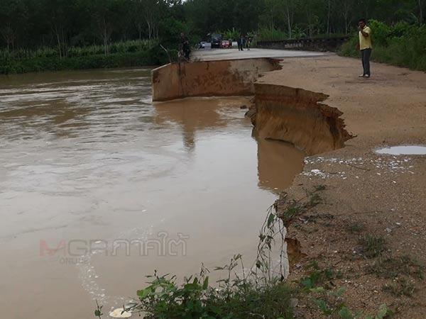นี่ก็น่าห่วง! น้ำกัดเซาะถนนทำคอสะพานข้ามคลองอู่ตะเภาใกล้ขาดสะบั้น