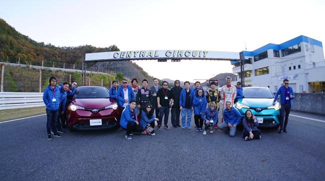 ผู้บริหาร ญี่ปุ่น และผู้บริหารไทย ร่วมถึงนักแข่ง นักข่าว รวมถ่ายภาพพร้อมกัน