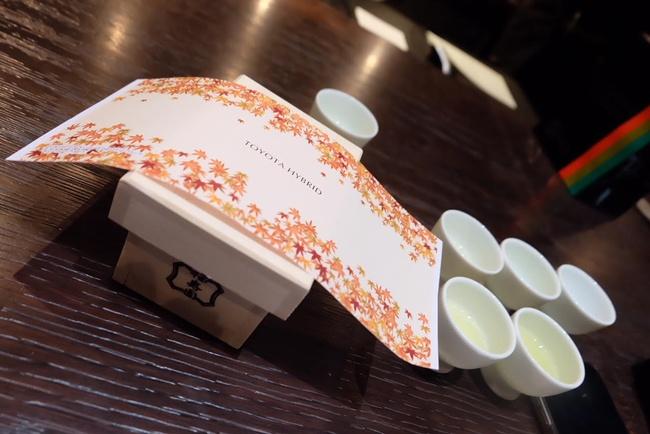 ที่ระลึกกลับบ้าน ในกล่องคือชาที่เราเลือกผมกันเอง และห่อเอง