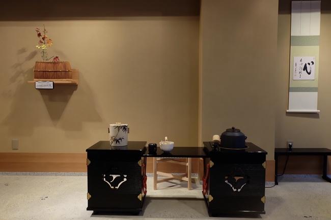 อุปกรณ์การชงชา มีการตกแต่งอย่างสวยงาม