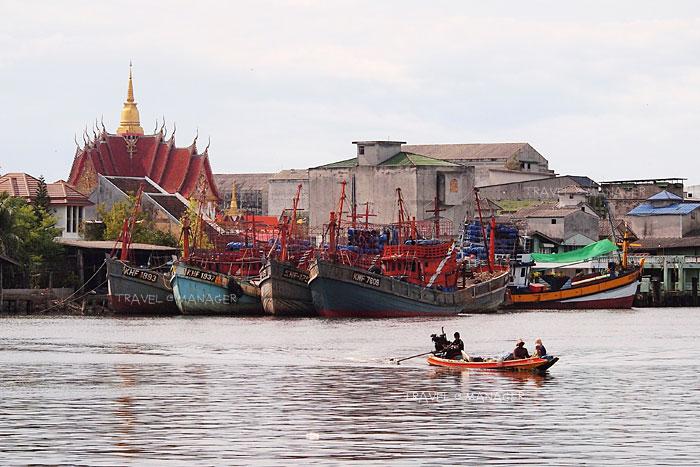เรือข้ามไปมาสองฝั่งแม่น้ำปากพนัง