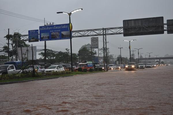 สุราษฎร์ธานีฝนตกหนักน้ำเข้าท่วมเขตเทศบาลสูงกว่า 30 ซม.