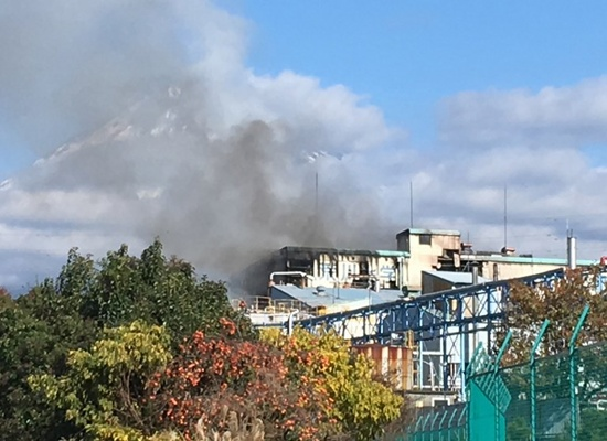 Smoke from a chemical plant fire rises in Fuji, Shizuoka prefecture, on December 1, 2017. At least one worker was killed and 11 others were injured in an explosion and fire that broke out on December 1 at a chemical factory in central Japan. STR/Jiji Press/AFP