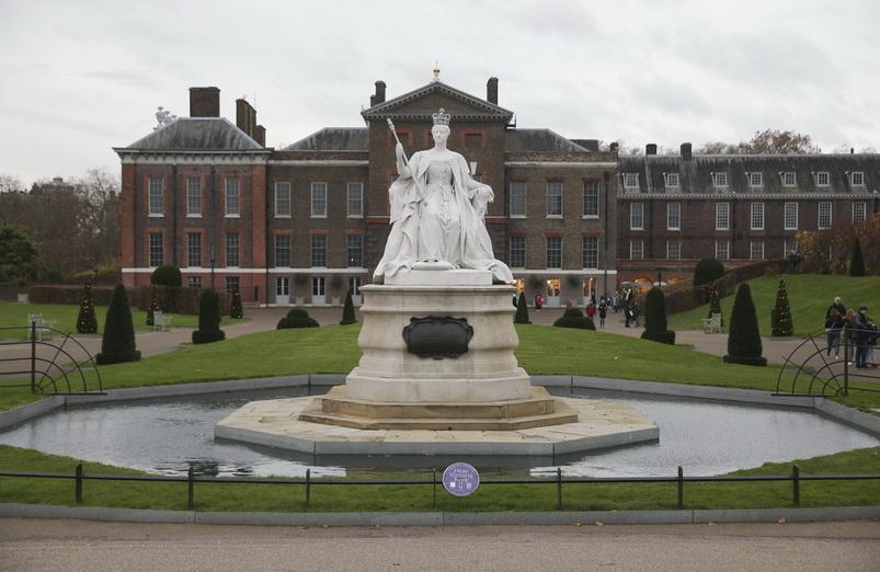 พระราชวังเคนซิงตันทางตะวันตกของกรุงลอนดอน ซึ่งเป็นสถานที่ที่เจ้าชายแฮร์รีและ เมแกน มาร์เคิล จะทรงใช้ชีวิตร่วมกันหลังพิธีเสกสมรสในฤดูใบไม้ผลิปีหน้า