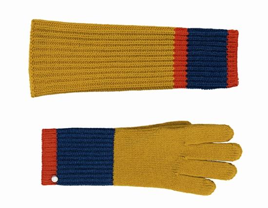 ปลอกแขนและถุงมือใผ้าแคชเมียร์ สามารถใช้สวมใส่ได้หลายวิธี ซึ่งแต่ละชิ้นได้รับการตกแต่งด้วย Saddle nail โดยถุงมือสามารถสวมใส่เข้าคู่กันกับปลอกแขน หรือจะสวมใส่เพียงปลอกแขนอย่างเดียวเพื่อเพิ่มความอบอุ่น หรือจะเพิ่มเติมด้วยหมวกถักก็สามารถเข้าเซ็ตกันได้อย่างลงตัว