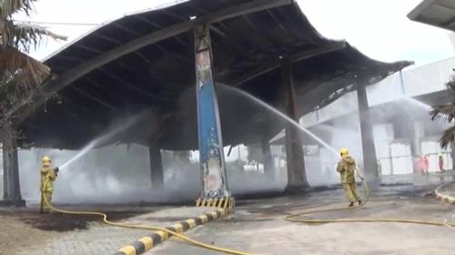 เกิดเหตุเพลิงไหม้โกดังเก็บม้วนซีสโฟมใน อ.พานทอง เสียหายเบื้องต้น 5 ล.