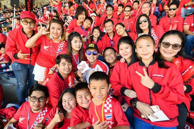 เอ้-วรพงศ์ มาลาหวล นักแข่งเอเชียรุ่นโปรดักชั่น 250 ซีซี. เก็บภาพท่ามกลางกองเชียร์