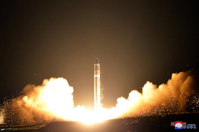 เกาหลีเหนือเผยแพร่ภาพจรวดขีปนาวุธข้ามทวีป Hwasong-15 ที่มีการทดลองยิงเมื่อช่วงปลายเดือนพฤศจิกายน โดยจรวดดังกล่าวสามารถไต่ระดับขึ้นสู่อากาศสูงที่สุดเท่าที่เคยทดลองมา และเปียงยางอ้างว่าสามารถโจมตีเป้าหมายใดๆในแผ่นดินใหญ่ของสหรัฐฯ