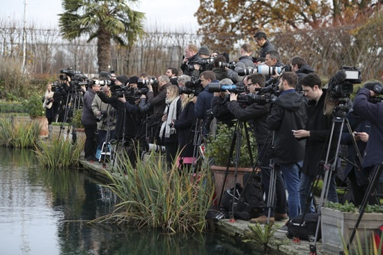Members of the media gather in the Sunken Garden at Kensington Palace in west London on November 27, 2017, as they wait for Britains Prince Harry and his fianc?e US actress Meghan Markle to pose for a photograph following the announcement of their engagement. Daniel Leal-Olivas/AFP