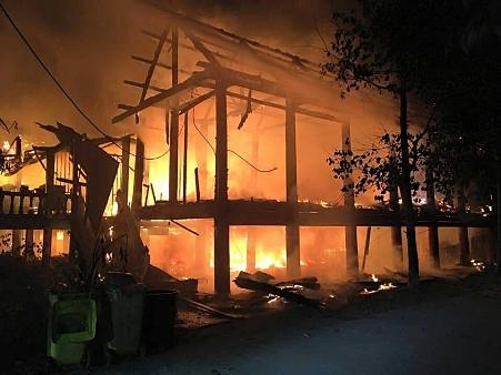 ขอญาติโยมช่วยด่วน..ไฟไหม้กุฏิวัดเก่าแก่ลับแลวอดหมด พระต้องจำวัดบนศาลาแทน