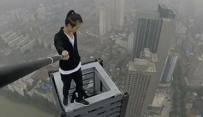 พลาดจริงตายจริง!! หนุ่มจีนนักเซลฟีหวาดเสียวบนยอดตึกระฟ้าตกตึกเสียชีวิตด้วยวัยแค่ 26 ปี