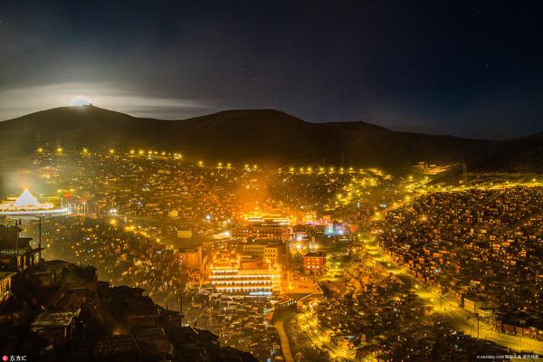 ชมภาพสถาบันพุทธทิเบตที่ใหญ่ที่สุดในโลก สว่างไสวโชติช่วงกลางรัตติกาล