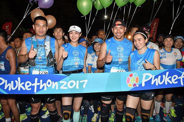 """นักวิ่งเรือนหมื่นบนเกาะสวรรค์ !! """"ปอดเหล็กญี่ปุ่น"""" เร่งสปีดคว้าแชมป์ """"ภูเก็ตธอน 2017"""" เทศกาลวิ่งใหญ่ที่สุดของไทย"""