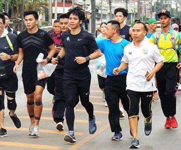 """เริ่มวิ่งแล้ว """"ก้อง ห้วยไร่"""" นำทีมวิ่งสมทบก้าวคนละก้าว """"วานรนิวาส-สกลนคร"""""""