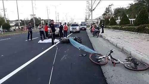 ไม่เคารพกฎจราจร ลุงขี่ จยย.ย้อนศรชนกลุ่มจักรยานทำตัวเองดับ นักปั่นสาหัส 1