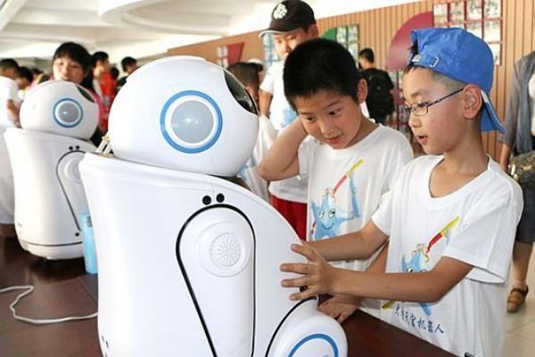 เด็กประถมจีนกำลังเพลิดเพลินกับเหล่าหุ่นยนต์ปัญญาประดิษฐ์ (ภาพจาก china.com.cn)