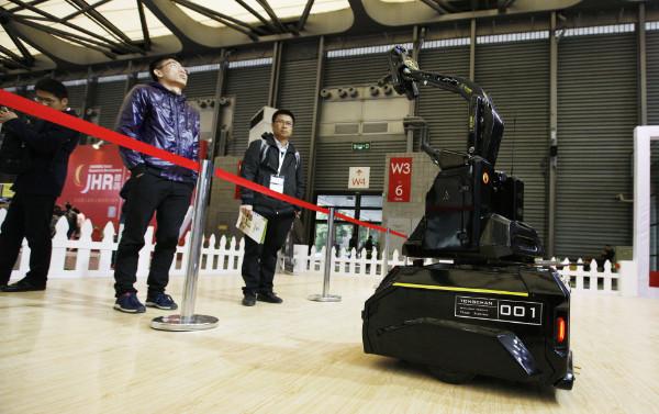 ชายหนุ่มมองหุ่นยนต์รุ่นใหม่ในนิทรรศการหุ่นยนต์การบริการนานาชาติครั้งที่ 6 ในนครเซี่ยงไฮ้อย่างสนใจ(ภาพซินหวา)