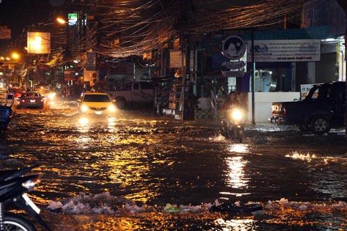 น้ำรอระบาย ชาวพัทยาเอือม! ฝนตกน้ำท่วมขังซ้ำซาก เส้นทางสัญจรผ่านไม่ได้