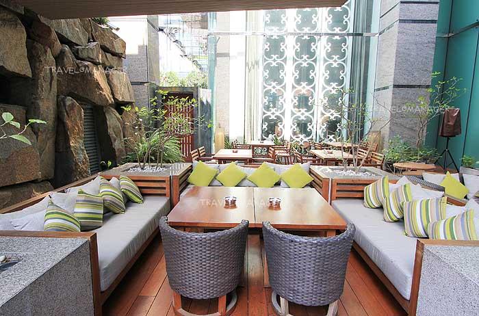 บรรยากาศโต๊ะนั่งด้านนอกรับลมธรรมชาติ